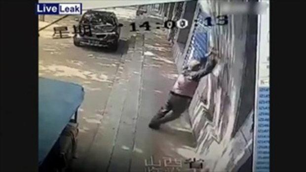 คลิปสยองสุดๆ!! กำแพงล้มทับคนตายคาที่ เหตุเกิดที่เมืองจีน