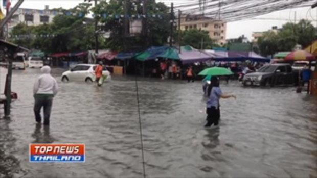 ฝนตกหนักติดกันหลายชั่วโมง ทำให้ระบายน้ำไม่ทัน ท่วมผิวการจราจรบนถนนหลายสายในชุมชนการเคหะเมืองใหม่บางพ