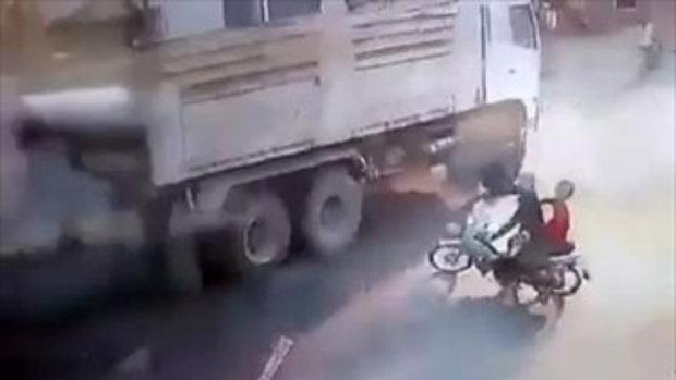 หนุ่มขี่มอเตอร์ไซค์ชนล้อรถพ่วง รถโดนเหยียบเละ รอดชีวิตเหลือเชื่อ