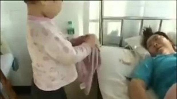 ยอดกตัญญู แม่ไม่สบายเอาผ้าเช็ดตัวให้แม่ น่ารักแบบนี้เอาใจพี่ไปเลย