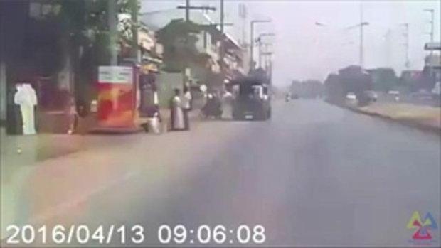 กระบะชนมอเตอร์ไซค์ แล้วเสียหลักพุ่งข้ามเกาะกลางถนน ชนรถสองแถวโดยสาร