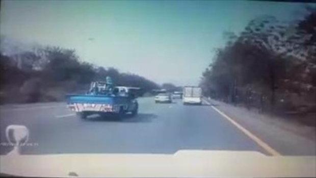 กระบะยางระเบิดพลิกคว่ำ ไฟลุกท่วมรถ