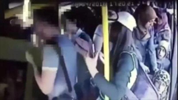 หนุ่มหื่นลวนลามหญิงบนรถเมล์ สาวๆแท็กทีมไล่ทุบ-ถีบลงรถ