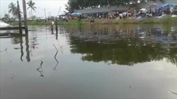 เรือเร็วแข่งกันแฉลบน้ำพลิกคว่ำ คนขับลอยกระเด็น