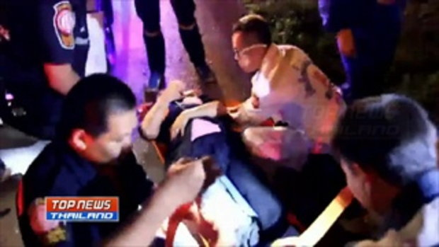 หนุ่มเมาซิ่งเก๋งพุ่งชนกู้ภัยสาวบาดเจ็บสาหัส ขณะกำลังช่วยเหลือชายหมดสติภายในรถกระบะ