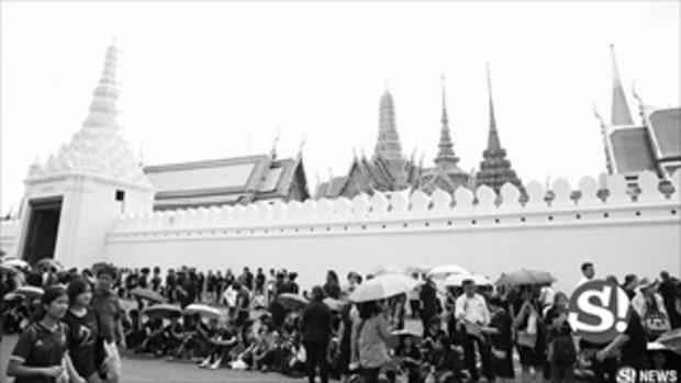 ภาพบรรยากาศรอบพระบรมมหาราชวัง ประชาชนรอรับขบวนเคลื่อนพระบรมศพ