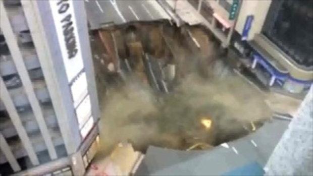 เปิดคลิป ขณะเกิดหลุมยุบขนาดใหญ่ กลืนถนนกลางเมืองฟุกุโอกะ 2