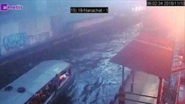 ดูชัดๆอีกมุม! เรือคลองเเสนเเสบไม่ได้หนี ถอยเรือรอดูผู้โดยสารโผล่จากน้ำ