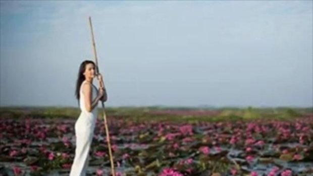 ญาญ่า อุรัสยา พายเรือชมทะเลบัวแดง สวยทั้งคน งามทั้งดอกไม้