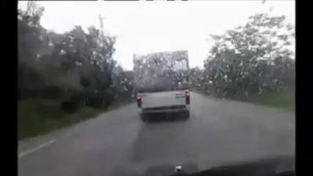 เหม็นชิหาย หนุ่ม ทสปช.ยะลา โพสต์คลิป!! แฉรถบรรทุกขี้ยางปล่อย