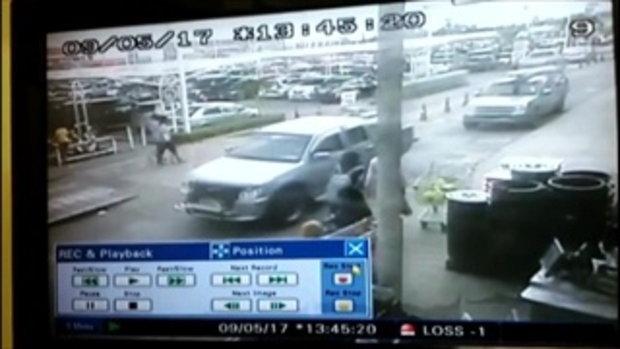 เปิดภาพวงจรปิด คนร้ายขับปิกอัพคาร์บอมบ์จอดหน้าห้างบิ๊กซีปัตตานี ก่อนขึ้นรถจยย.เผ่นหนี