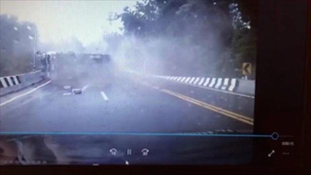 คลิปนาทีระทึก! สิบล้อแหกโค้งลงเขา พลิกคว่ำ-กวาดจยย. รถคันอื่นถอยหนีแทบไม่ทัน