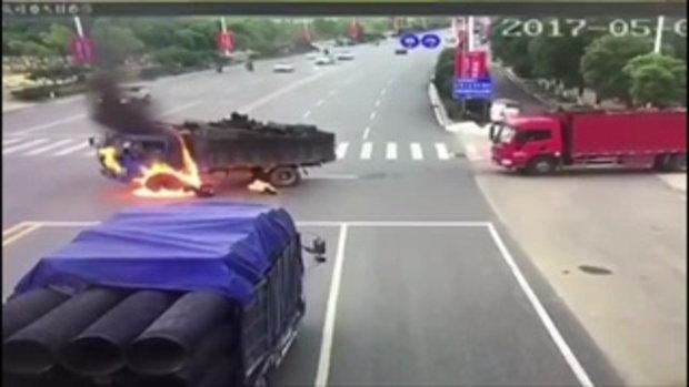 รอดตายหวุดหวิด! หนุ่มจีนขี่มอเตอร์ไซค์ พุ่งชนรถบรรทุกไฟลุกท่วมทั้งคนทั้งรถ