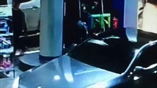 ตำรวจขับรถเบนซ์ป้ายแดงมาเติมน้ำมัน แล้วชักดาบ