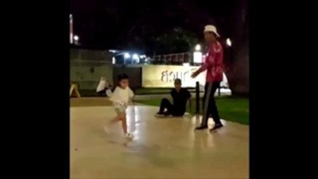 อินเนอร์มาเต็ม!! น้องมะลิ เต้นบีบอยแข่งกับพี่จ๋า จนรองเท้าหลุดแบบนี้!!