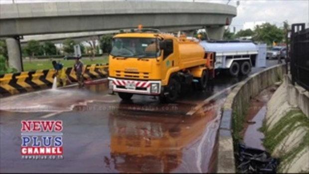 นนทบุรี รถบรรทุกพ่วงตีโค้งถังตกหล่นแตกบนถนนไหลนองพื้น