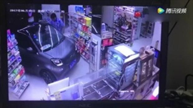แบบนี้ก็ได้หรอ? ลูกค้าชาวจีนขับรถเข้าร้านสะดวกซื้อเพื่อซื้อขนม