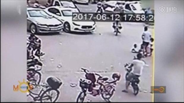 รุมประณาม! แม่ชาวจีนปล่อยลูกนั่งกลางถนน รถแล่นทับหวิดดับอนาถ