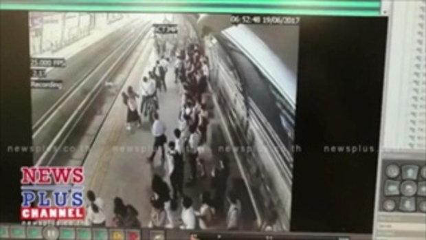 วงจรปิด เผย นาทีหญิงกระโดดตกรางรถไฟฟ้าแอร์พอร์ตลิงค์สถานีทับช้างดับ