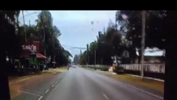 คลิประทึก! ทหารกระโดดร่มพลาด ถูกสายไฟฟ้าแรงสูงช็อต ไฟลุกท่วม