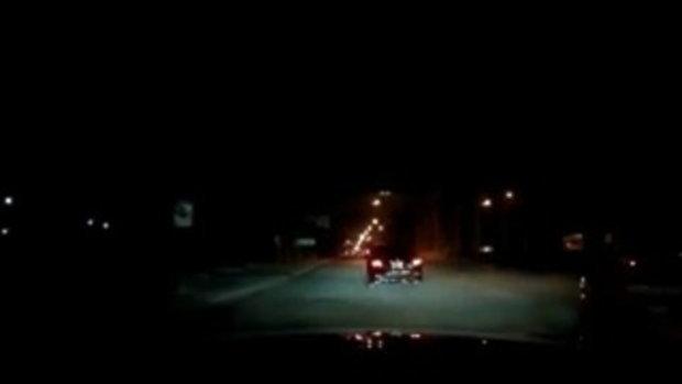 ปาหินอาละวาดกลางกรุง !! หนุ่มขับเก๋งมาดีๆโดนเขวี้ยงใส่2ก้อนบนถนนศรีนครินทร์