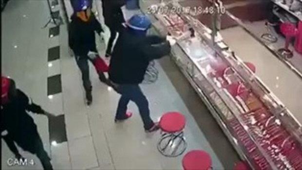 ไม่ง่ายอย่างที่คิด !! 4 โจรบุกปล้นร้านทอง ใช้ค้อนทุบตู้โชว์-แต่ต้องปาดเหงื่อ