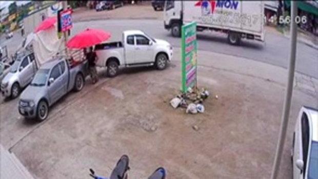 อุทาหรณ์  จอดรถไม่ใส่เบรกมือ  กระบะไหลข้ามถนนชนรถยนต์เสียหาย