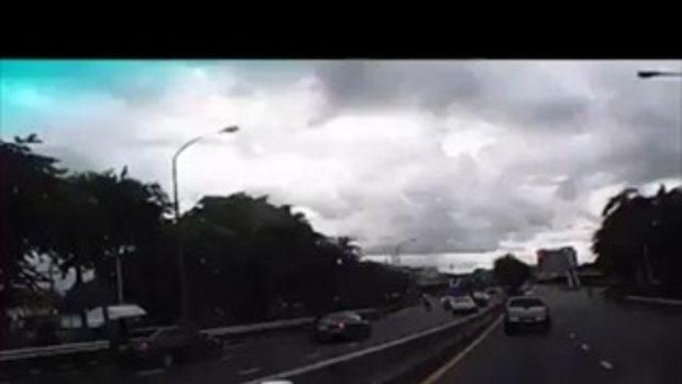 ภัยสังคม!! ขับรถบนถนน #แต่เกือบตาย เพราะมีคนมักง่าย โยนของลงจากสะพานลอย