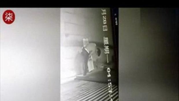 อนาถ! โจรโดนประตูหนีบขา ดึงไม่ออกนอนรอตำรวจมาช่วย
