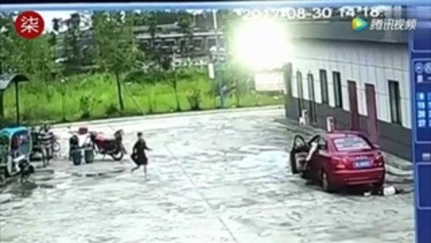 พ่อจีนช็อกใจสลาย มองไม่เห็นลูกนั่งเล่นบนพื้น ขับรถทับดับ