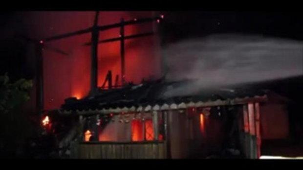 หนีระทึกกลางดึก !! ไฟไหม้บ้าน2ชั้นเผาวอดทั้งหลัง เสียหายนับ 1 ล้านบาท คาดไฟฟ้าลัดวงจร