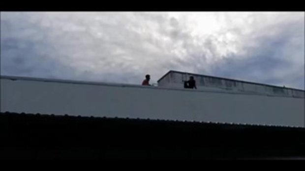เมียเก่าไม่ให้เจอลูก !! หนุ่มน้อยใจปีนขึ้นดาดฟ้าหวังโดดประชดชีวิต จนท.กล่อมระทึก