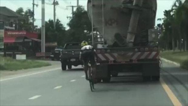 ปั่นท้านรก !! หนุ่มขี่จักรยานจี้ท้ายรถปูนตลอดทาง เตือนอันตราย-เสี่ยงตาย