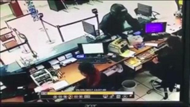 เปิดนาที !! โจรน้ำแดง บุกเดี่ยวปล้นธนาคาร ปืนจี้ชิงเงิน 6 แสน ทำคนหวาดผวา