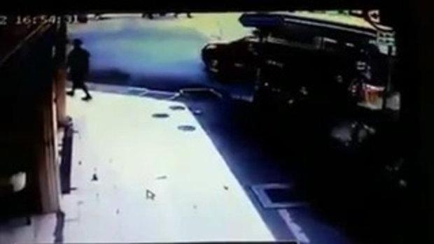 ดูกันชัดๆ!!! คลิปนาทีตำรวจจราจร ดึงผมเด็กนักเรียนขับมอเตอร์ไซค์กลางถนนจนล้มหัวแตก