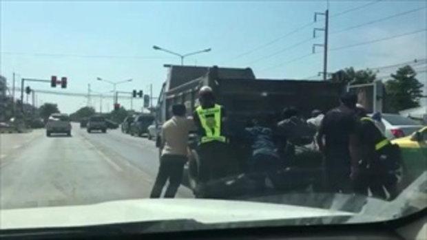 น้ำใจคนไทย ร่วมมือกับตำรวจไทย ช่วยรถบรรทุก
