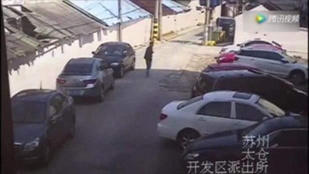 สาวจีนใจเย็น..กับการถอยรถเฉี่ยวไปมา 18 รอบ