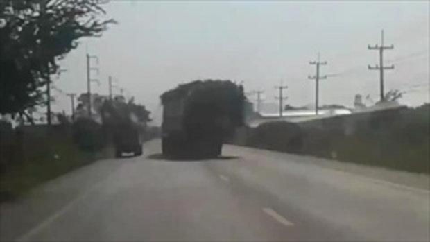 สาวกรี๊ดสนั่นรถ ถ่ายคลิปรถพ่วงบรรทุกอ้อยเล็งแจ้งตำรวจแต่ผลปรากฏคว่ำคาตา