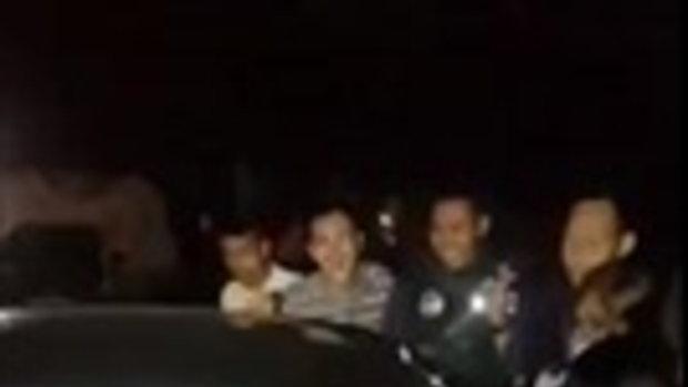 หนุ่มๆรุมเขย่ารถ ปลุกสาวน่ารักสุดขี้เซา นอนหลับลึกในรถ ตื่นมางัวเงีย-งงทำอะไรกัน