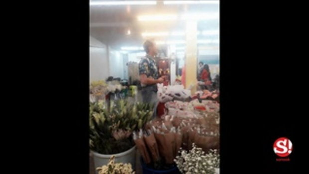 ฮือฮายามดึก ณเดชน์ โผล่ซื้อดอกกุหลาบ ปากคลองตลาดแทบแตก