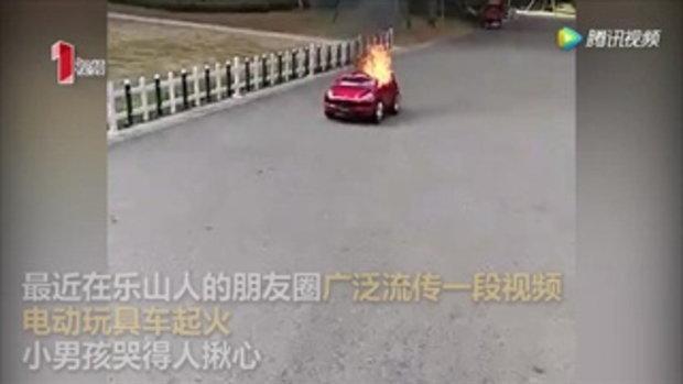 หนูน้อยสุดช็อก รถของเล่นไฟฟ้าเกิดไฟลุกไหม้ขึ้นเองกลางถนน