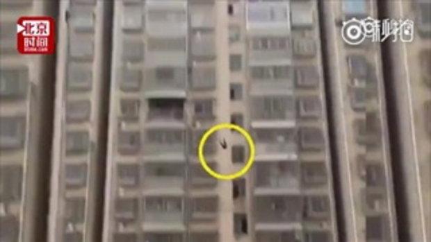 เด็กหญิงเครียดจัด ทำการบ้านปิดเทอมไม่เสร็จ กระโดดตึกชั้น 15