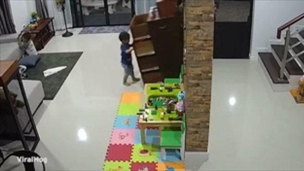 อุทาหรณ์พ่อแม่ วงจรปิดเผยภาพนาทีระทึกตู้ไม้ใบยักษ์คว่ำลงมาทั้งใบทับเด็ก