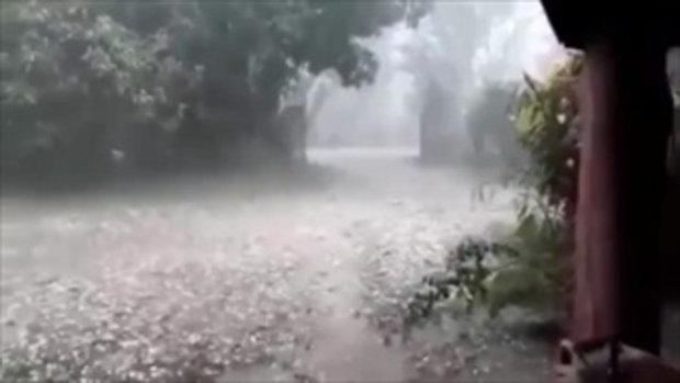 วิ่งหลบกันวุ่น พายุลูกเห็บถล่มเมืองลำปาง ขนาดลูกใหญ่เบ้อเร่อ บ้านพังเละ