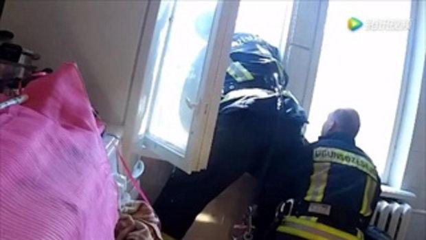 สุดยอด ดับเพลิงลัตเวียคว้าร่างหญิงกลางอากาศ หลังกระโดดตึกฆ่าตัวตาย