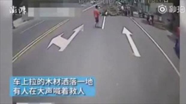 """""""ช่วย!"""" ผู้โดยสารตอบเสียงเดียวกัน หลังคนขับรถเมล์ถามความเห็นลงไปช่วยคนเจ็บ"""