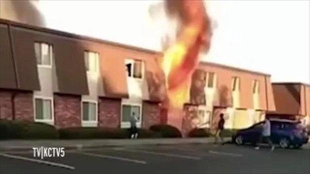 เปิดนาทีระทึก! โยนทารกจากชั้นสอง หนีไฟไหม้ ชาวเน็ตแห่ชื่นชมฮีโร่ปริศนา