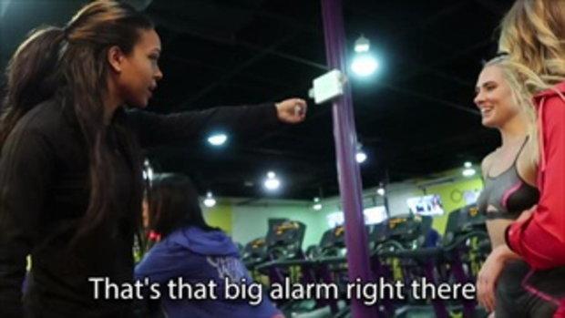 หญิงสาว 2 คน ออกกำลังกายในฟิตเนส แต่เธอกำลังทำในสิ่งที่ไม่มีใครอยากจะเชื่อ