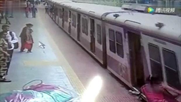 นาทีชีวิต หญิงอินเดียชุดเกี่ยวประตูรถไฟ ถูกลากไปตามชานชาลา