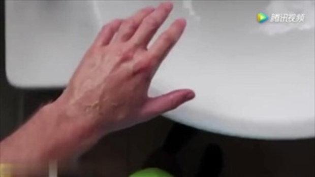 อาบน้ำธรรมดาโลกไม่จำ เน็ตไอดอลหนุ่มทดลองใช้น้ำยาฟอกสีตักอาบ